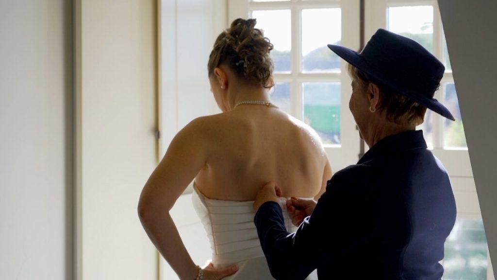 Habillage, préparatifs, boutons, robe de mariée