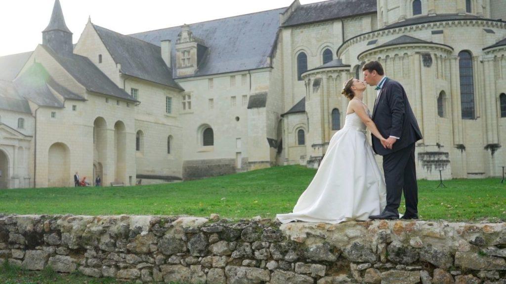 Bisou devant l'Abbaye de Fontevraud