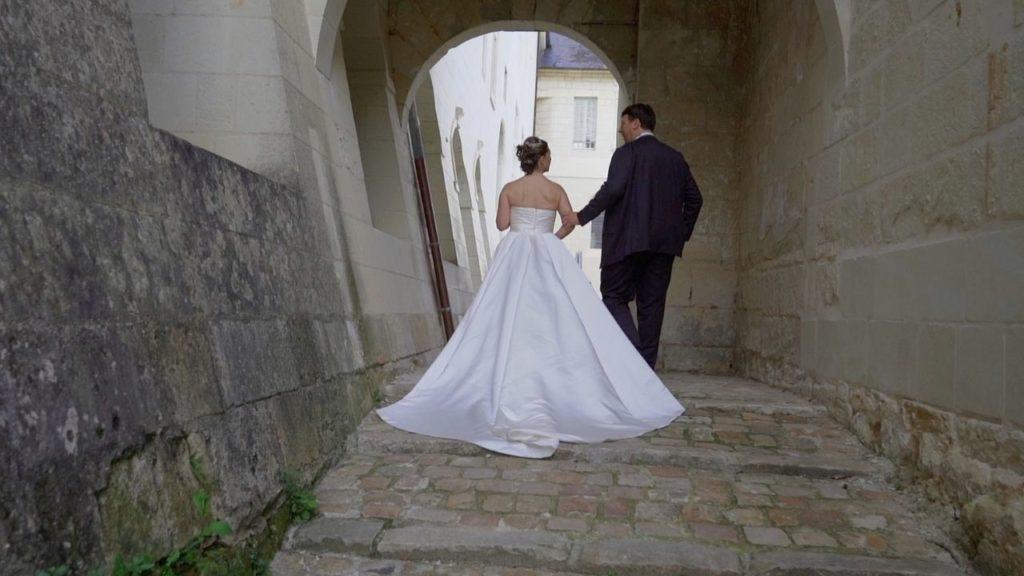 Couple de mariés de dos