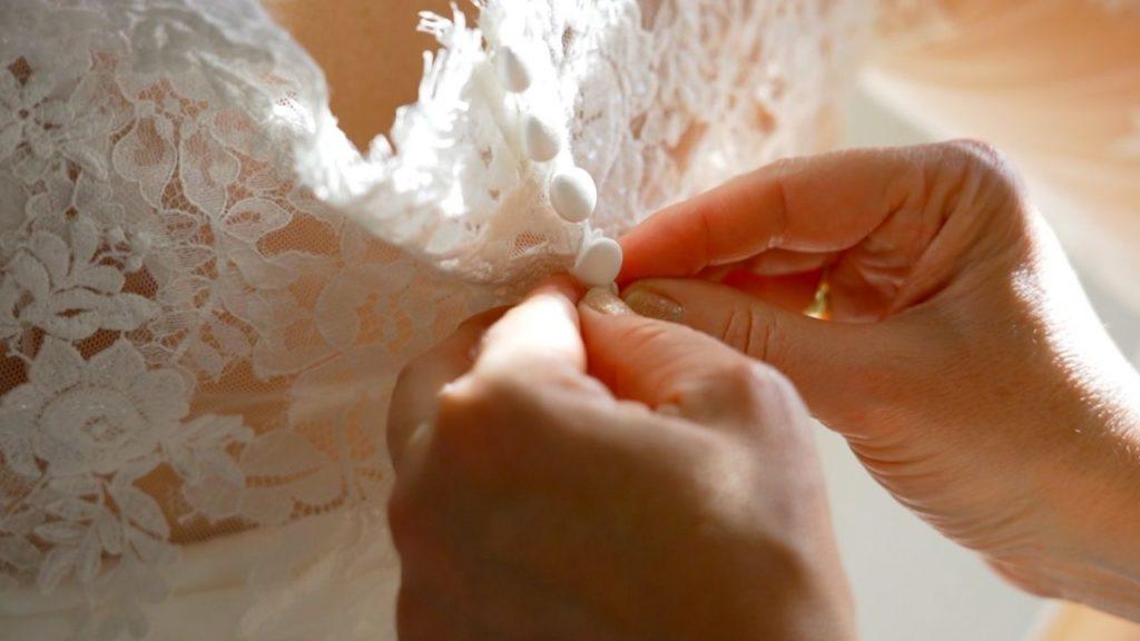 Boutons et dentelles, robe de mariée