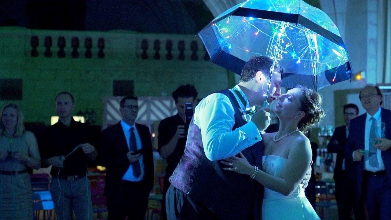 Ouverture de bal avec un parapluie